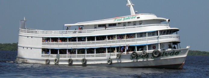 Bei Flussreisen auf dem Amazonas kommen meist die für die Region bekannten Boote zum Einsatz.