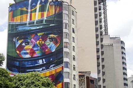 a esquina da avenida Paulista com a rua da Consolação, o artista plástico e grafiteiro Eduardo Kobra fez um novo painel grandioso, no qual homenageia o tricampeão da fórmula 1 e ídolo nacional Ayrton Senna (1960 - 1994). Foto: André Tambucci/ Fotos Pública